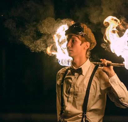 showman w tańcu z ogniem